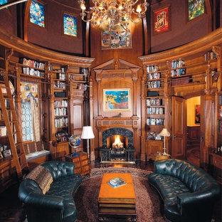 ニューヨークの大きいトラディショナルスタイルのおしゃれな独立型リビング (ライブラリー、茶色い壁、標準型暖炉、木材の暖炉まわり、テレビなし) の写真