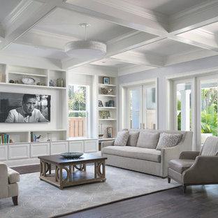 Idee per un soggiorno chic di medie dimensioni e aperto con sala formale, pareti blu, parquet scuro, nessun camino e TV a parete