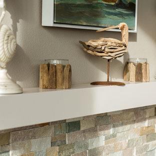 ポートランドの中サイズのビーチスタイルのおしゃれなLDK (ベージュの壁、竹フローリング、標準型暖炉、タイルの暖炉まわり、グレーの床) の写真