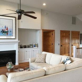 他の地域の中サイズのビーチスタイルのおしゃれなLDK (ベージュの壁、無垢フローリング、木材の暖炉まわり、フォーマル、標準型暖炉、テレビなし、茶色い床) の写真