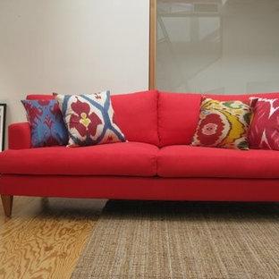 Esempio di un soggiorno boho chic con pareti bianche e pavimento in compensato