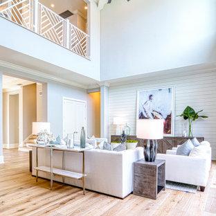 マイアミのトランジショナルスタイルのおしゃれなLDK (フォーマル、白い壁、無垢フローリング、暖炉なし、テレビなし、茶色い床、塗装板張りの天井、三角天井、塗装板張りの壁) の写真