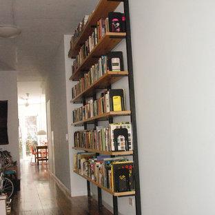 Amerikansk inredning av ett mellanstort allrum med öppen planlösning, med ett finrum, vita väggar, mörkt trägolv och brunt golv