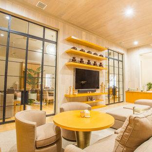 マイアミの大きいトランジショナルスタイルのおしゃれなLDK (ベージュの壁、淡色無垢フローリング、暖炉なし、壁掛け型テレビ、ベージュの床) の写真