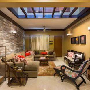Modern inredning av ett mellanstort vardagsrum, med marmorgolv, beiget golv och gula väggar