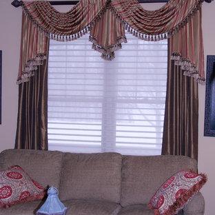 ミネアポリスの中サイズのトラディショナルスタイルのおしゃれなLDK (フォーマル、ベージュの壁、無垢フローリング) の写真