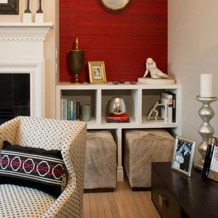 Foto di un piccolo soggiorno chic chiuso con pareti beige, parquet chiaro, camino classico e cornice del camino in legno