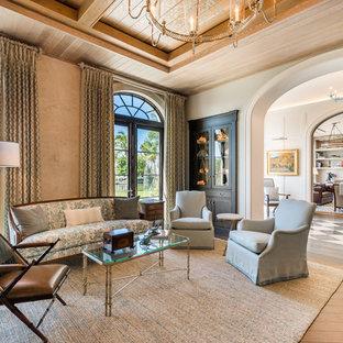 Inspiration pour un salon ethnique ouvert avec une salle de réception, un mur beige, un sol en bois brun et un sol marron.