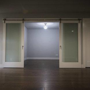 Ispirazione per un soggiorno design di medie dimensioni e chiuso con pareti grigie, parquet scuro e nessun camino