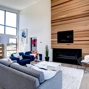 Idéer för att renovera ett mellanstort funkis allrum med öppen planlösning, med vita väggar, ljust trägolv, en bred öppen spis, en väggmonterad TV, ett finrum och en spiselkrans i trä