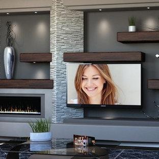 Foto de salón abierto, moderno, de tamaño medio, con paredes grises, suelo de madera en tonos medios, chimenea lineal, marco de chimenea de hormigón, televisor colgado en la pared y suelo marrón