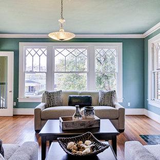 Ispirazione per un soggiorno american style chiuso con pareti blu, pavimento in legno massello medio, camino classico, cornice del camino piastrellata e TV nascosta