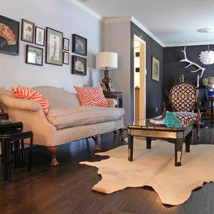 Inspiration för eklektiska vardagsrum, med svarta väggar, mörkt trägolv och brunt golv