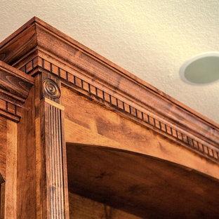 Immagine di un grande soggiorno chic aperto con pareti beige, pavimento in gres porcellanato, nessun camino, TV autoportante e pavimento beige