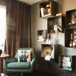 Diseño de biblioteca en casa cerrada, minimalista, pequeña, sin televisor, con paredes grises y suelo de madera oscura