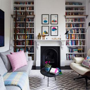 Eklektisk inredning av ett vardagsrum, med ett bibliotek, vita väggar och en standard öppen spis