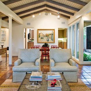 Exempel på ett modernt vardagsrum, med klinkergolv i terrakotta