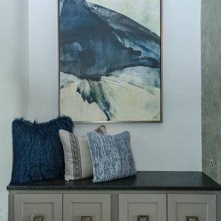 Immagine di un grande soggiorno tradizionale aperto con pareti grigie, pavimento in legno massello medio, camino lineare Ribbon, cornice del camino in pietra e TV a parete