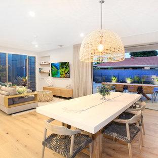 サンシャインコーストの中サイズのビーチスタイルのおしゃれなLDK (白い壁、クッションフロア、壁掛け型テレビ、黄色い床) の写真