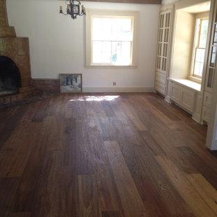 Foto de salón para visitas rural, de tamaño medio, con paredes blancas, suelo de madera oscura, chimenea de esquina, marco de chimenea de hormigón y suelo marrón