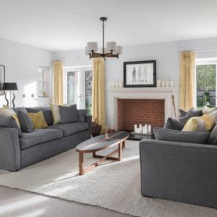 Exempel på ett mellanstort klassiskt separat vardagsrum, med grå väggar, heltäckningsmatta, en standard öppen spis, grått golv, ett finrum och en spiselkrans i tegelsten