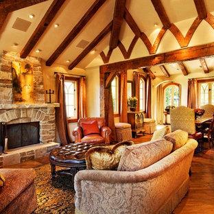 Klassisches Wohnzimmer mit Kaminumrandung aus Stein in Seattle