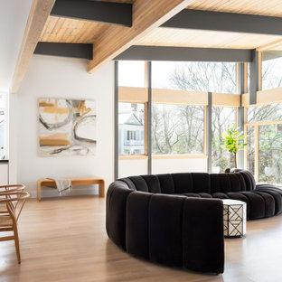 Idéer för att renovera ett funkis allrum med öppen planlösning, med vita väggar, ljust trägolv och beiget golv