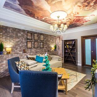他の地域の小さいエクレクティックスタイルのおしゃれな独立型リビング (茶色い床、フォーマル、マルチカラーの壁、無垢フローリング) の写真