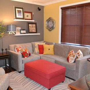 Diseño de salón para visitas cerrado, actual, pequeño, sin chimenea, con paredes multicolor, suelo de madera oscura, televisor independiente y suelo marrón