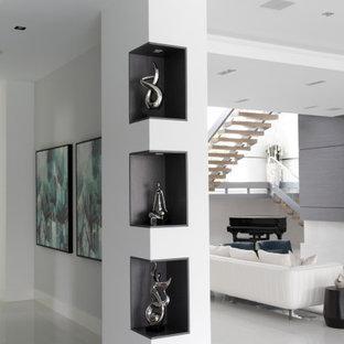 マイアミの中くらいのコンテンポラリースタイルのおしゃれなLDK (フォーマル、白い壁、テレビなし、白い床、磁器タイルの床、格子天井) の写真