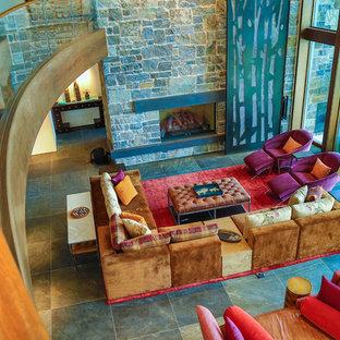 Foto di un grande soggiorno bohémian aperto con sala formale, pareti bianche, pavimento con piastrelle in ceramica, nessuna TV, camino classico e cornice del camino in pietra