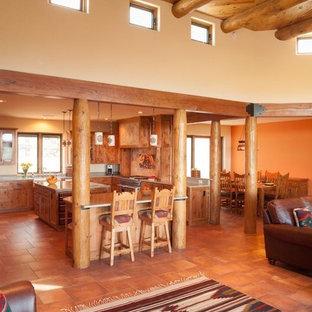アルバカーキの小さいサンタフェスタイルのおしゃれなLDK (ベージュの壁、セラミックタイルの床、コーナー設置型暖炉、壁掛け型テレビ、フォーマル、ベージュの床) の写真