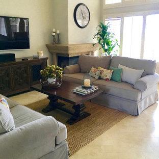 Imagen de salón abierto, tradicional renovado, de tamaño medio, con paredes beige, suelo de travertino, chimenea de esquina, marco de chimenea de piedra y televisor colgado en la pared