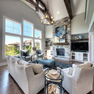 カンザスシティのトランジショナルスタイルのおしゃれなLDK (フォーマル、グレーの壁、濃色無垢フローリング、標準型暖炉、石材の暖炉まわり、壁掛け型テレビ、茶色い床) の写真