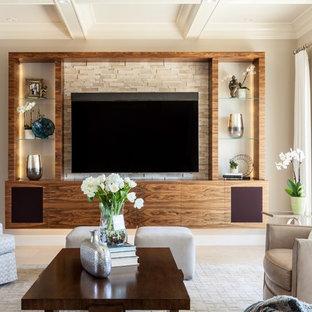 Inredning av ett modernt stort allrum med öppen planlösning, med beige väggar, en inbyggd mediavägg, beiget golv och kalkstensgolv