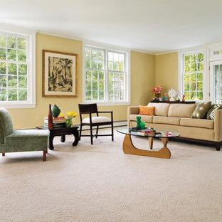 セントルイスの中サイズのトランジショナルスタイルのおしゃれな独立型リビング (フォーマル、黄色い壁、カーペット敷き、テレビなし、ベージュの床) の写真