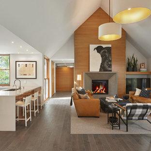 Aménagement d'un grand salon contemporain ouvert avec un mur blanc, une cheminée standard, un manteau de cheminée en béton, un sol gris, un sol en bois brun et un téléviseur indépendant.