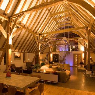 Großes, Repräsentatives, Offenes Modernes Wohnzimmer mit weißer Wandfarbe und hellem Holzboden in Sonstige