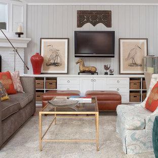 Modern inredning av ett vardagsrum, med en väggmonterad TV