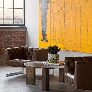 Cette photo montre un salon industriel ouvert avec un mur blanc et un sol en bois clair.