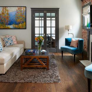 デンバーの小さいトラディショナルスタイルのおしゃれな独立型リビング (白い壁、無垢フローリング、標準型暖炉、石材の暖炉まわり、壁掛け型テレビ) の写真