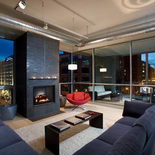 Idee per un grande soggiorno industriale aperto con parquet chiaro, camino classico, cornice del camino piastrellata, nessuna TV, sala formale, pareti grigie e pavimento beige