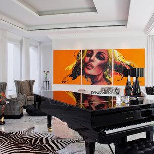 Immagine di un soggiorno contemporaneo aperto con sala della musica, pareti bianche e pavimento in marmo