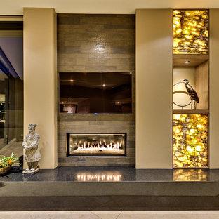 Foto di un soggiorno moderno di medie dimensioni e aperto con sala formale, pareti beige, pavimento con piastrelle in ceramica, camino lineare Ribbon, cornice del camino piastrellata, TV a parete e pavimento grigio