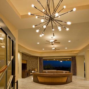 Esempio di un ampio soggiorno design aperto con sala formale, pareti beige, pavimento in marmo, camino ad angolo e TV a parete