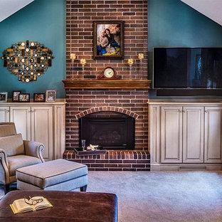 Modelo de salón abierto, clásico renovado, de tamaño medio, con paredes beige, marco de chimenea de ladrillo, televisor colgado en la pared y chimenea tradicional