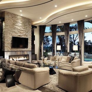 Esempio di un grande soggiorno minimal aperto con sala formale, pareti beige, pavimento in pietra calcarea, camino lineare Ribbon, cornice del camino in metallo e TV a parete