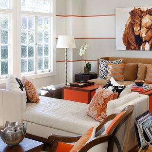 Foto de salón contemporáneo con suelo de madera en tonos medios y suelo naranja