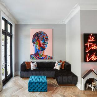 ニューヨークのコンテンポラリースタイルのおしゃれなリビング (グレーの壁、無垢フローリング、茶色い床) の写真