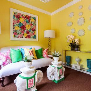 Inspiration för eklektiska vardagsrum, med gula väggar